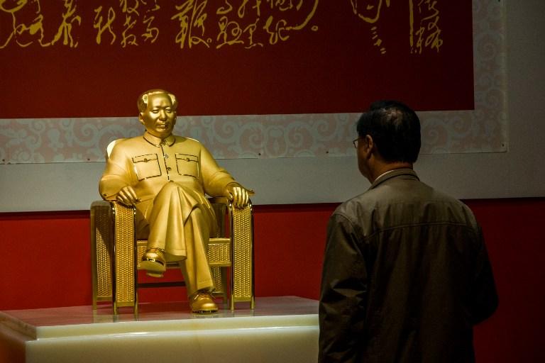 А не наш ли это Сатоши смотрит на статую великого Мао?