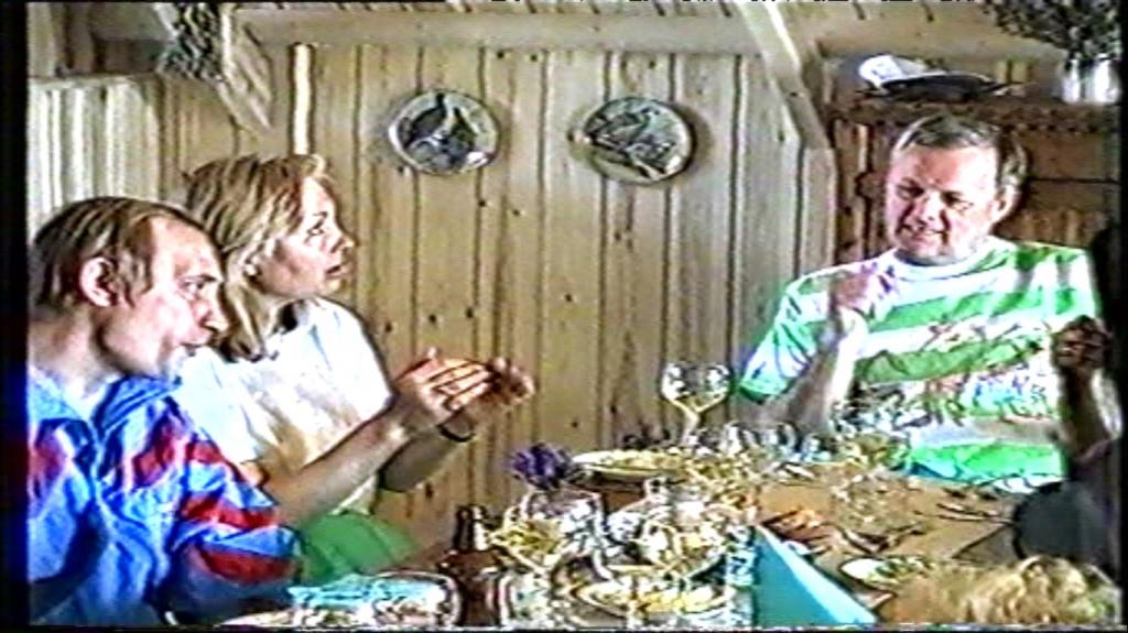 Дача Анатолия Собчака, 1992-ой год. Слева Владимир Путин. Фрагмент из выставленного на продажу 12-минутного видео (кассета в формате VHS).